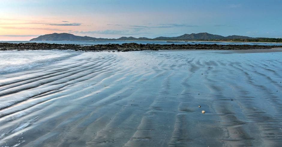 Playa Tamarindo al atardecer y marea baja
