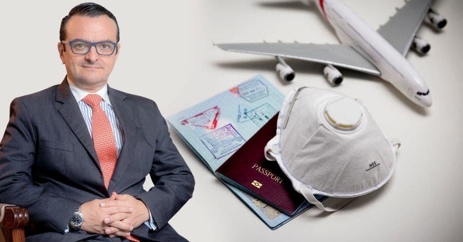 un hombre de saco y corbata sobre un fondo de mascarillas, pasaportes y un avión. Fondo blanco.