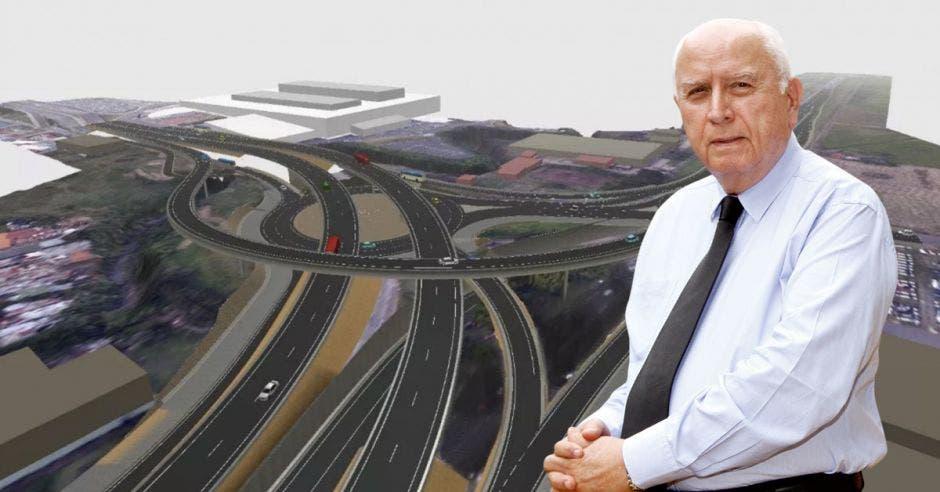 Rodolfo Méndez, ministro del Mopt, con el diseño del paso elevado de La Lima de fondo