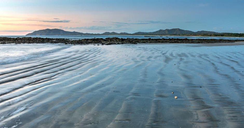 un estero desembocando de una playa