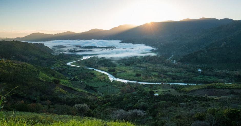 Un valle al amanecer
