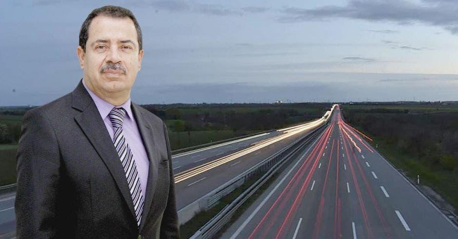 Mario Redondo con un arte de una autopista de fondo