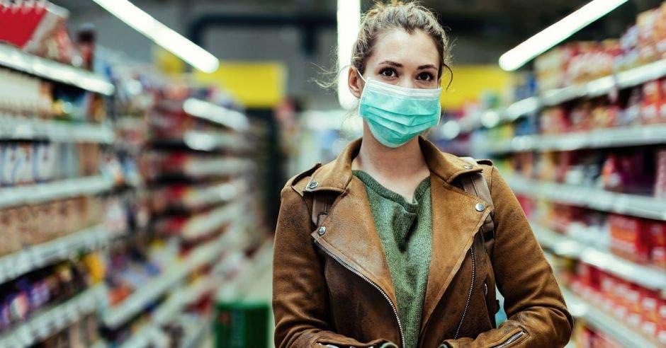 Mujer con mascarilla en supermercado