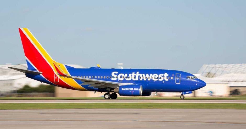 un avión azul con detalles en rojo y amarillo