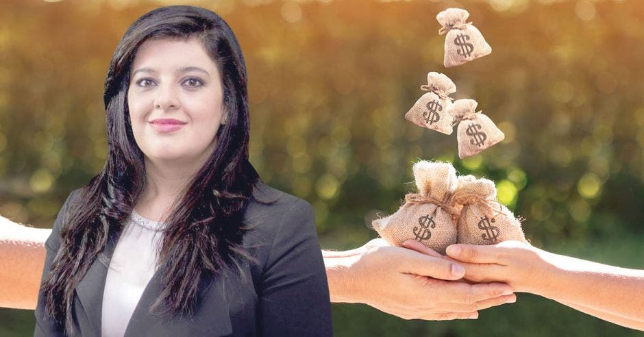 Mujer frente a bolsas de dinero