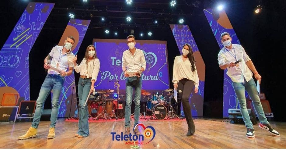 Presentadores de la Teletón en tarima