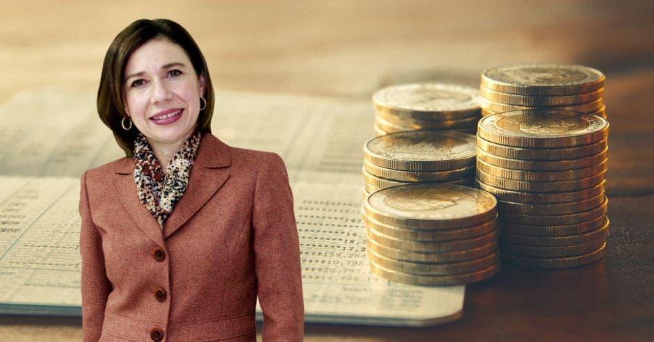 Mujer de traje frente a monedas