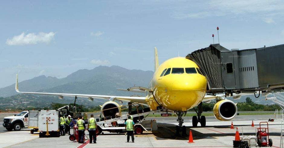Un avión amarillo en un hangar