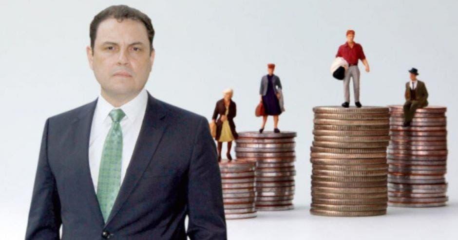 Foto de diputado Carlos Ricardo Benavides, del PLN, con fondo de torre de monedas
