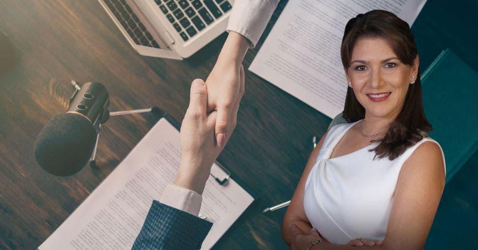 foto de Fanny Ramírez, consultora política y de fondo un escritorio con micrófonos y dos personas estrechando las manos