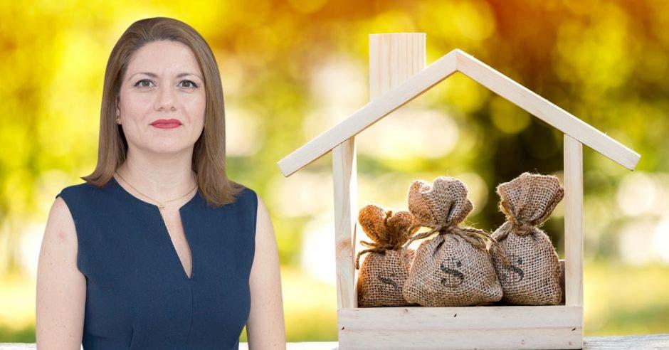 Mujer frente a casa con bolsas de dinero