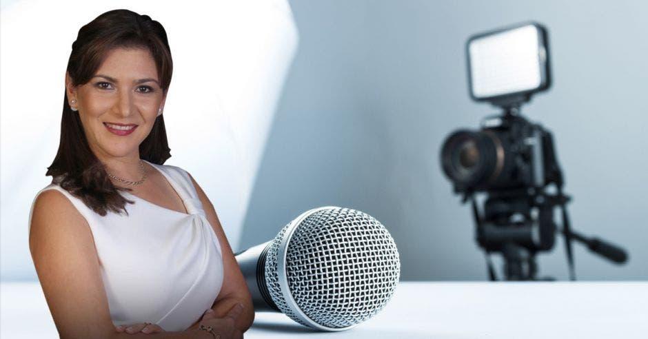 foto de Fanny Ramírez junto a un micrófono y cámara de video