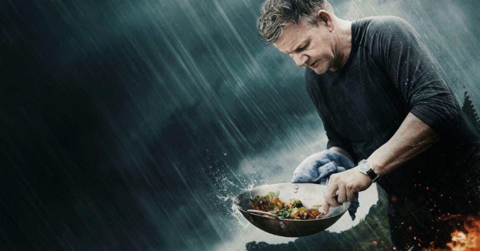 foto de Gordon Ramsay cocinando bajo la lluvia