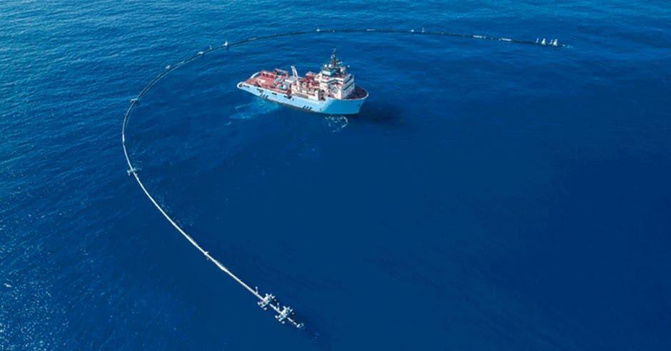 Embarcación en alta mar trabajando en la limpieza del océano.