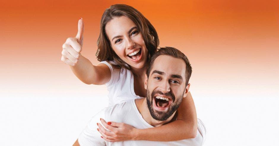 Un hombre y una mujer con una actitud positiva.