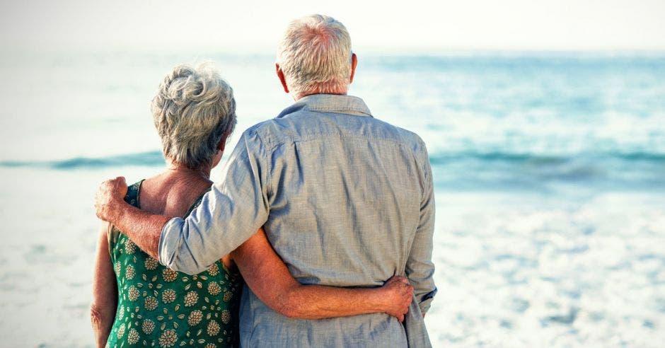 un pareja de adultos mayores abrazándose