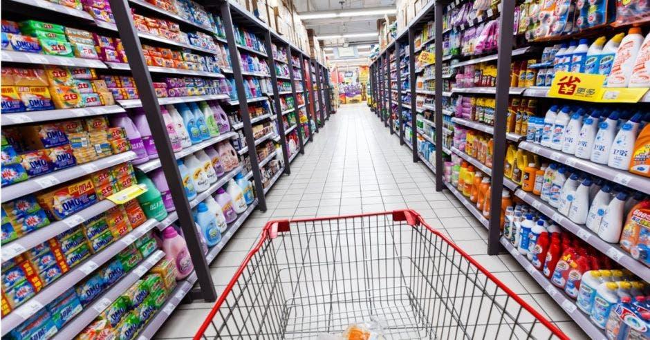 Carrito en pasillo de supermercado