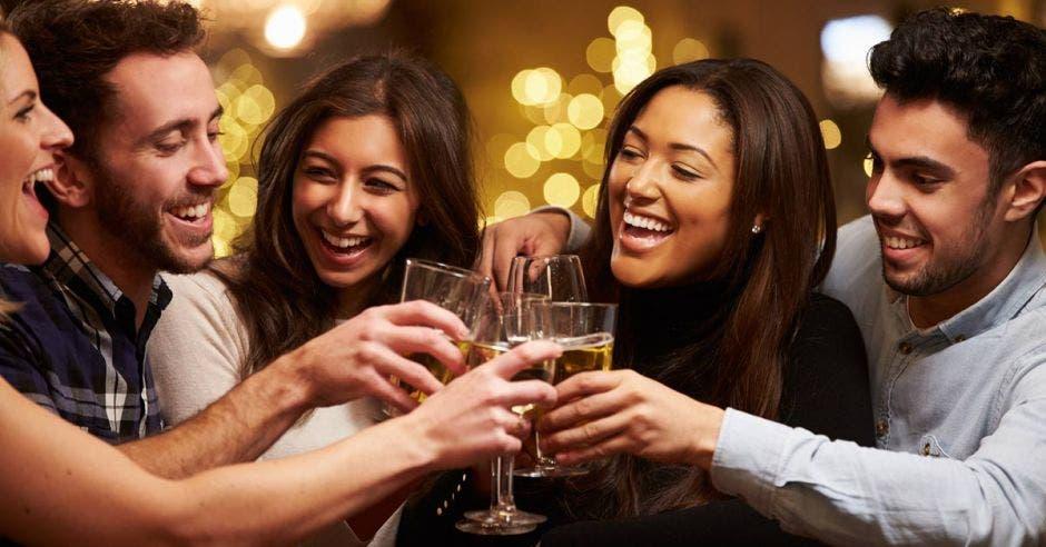Personas compartiendo bebida