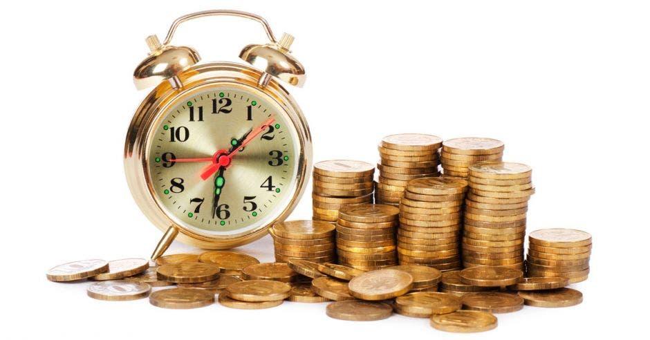 Reloj y monedas