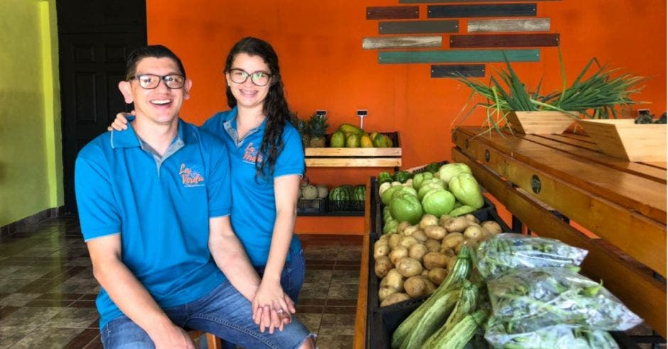 Luis Monge y Paola Calderón en el negocio La Verdu