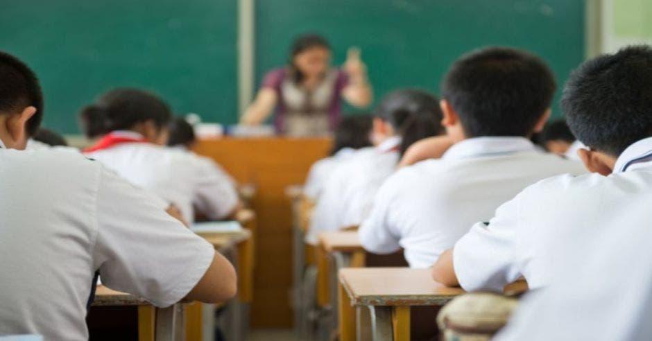 Niños recibiendo clases en escuela