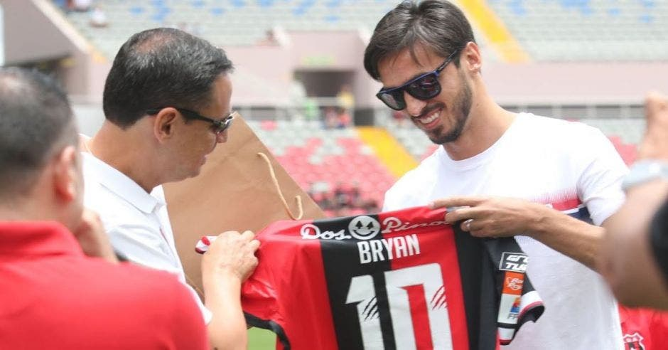 Bryan Ruiz sosteniendo jersey de futbol