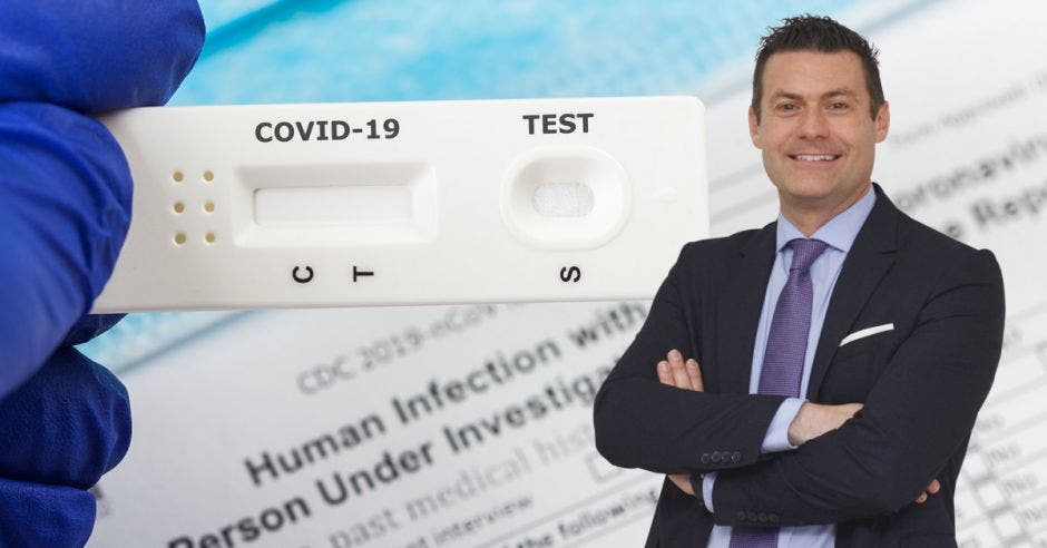 Massimo Manzi y de fondo una imagen de un test de Covid-19