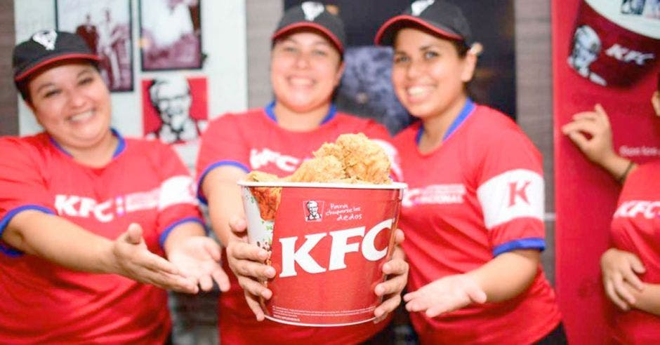 Empleadas de KFC con bucket de pollo