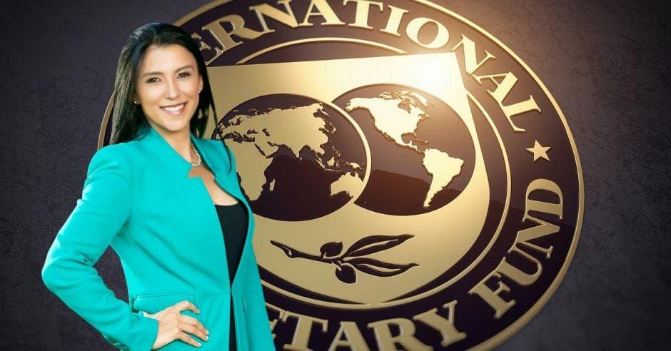 Mujer de celeste frente a logo del FMI