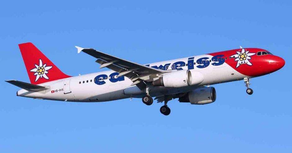 Avión Edelweiss Air Airbus A320, blanco con rojo
