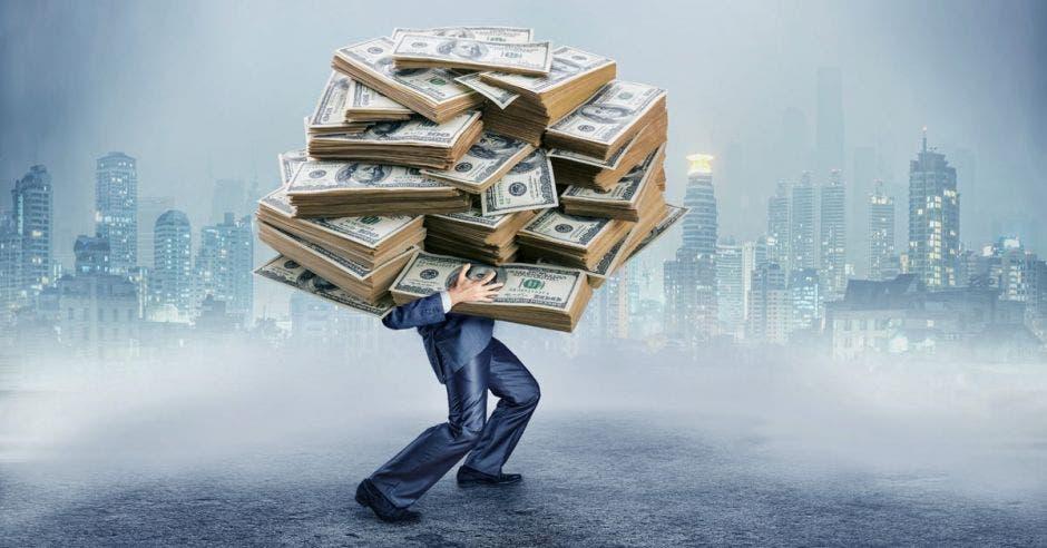Hombre sostiene muchos billetes