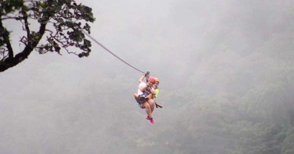 una pareja lanzándose en canopy