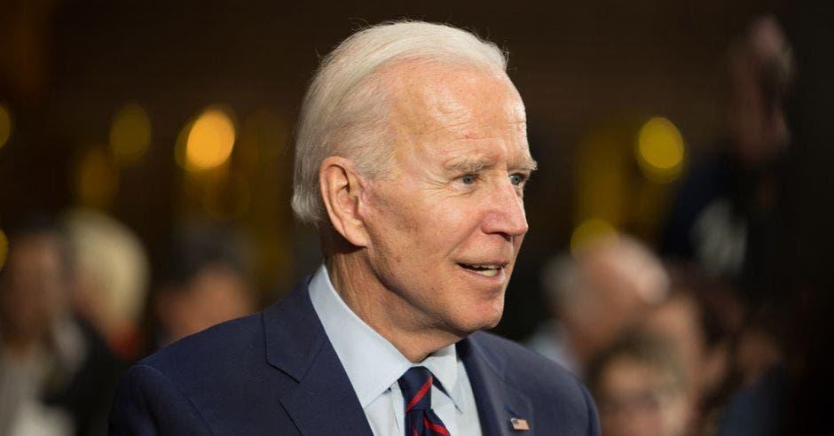 un hombre mayor de pelo canoso, traje y corbata