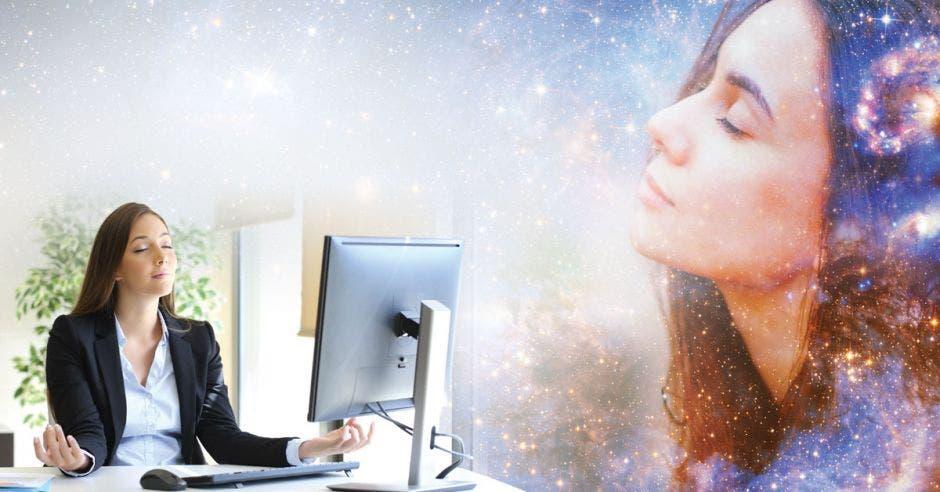 Una mujer medita en su espacio de trabajo