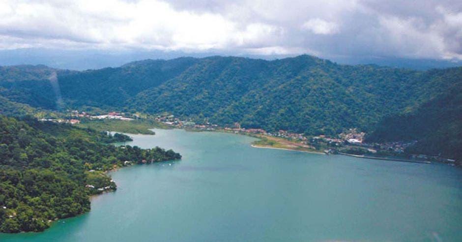 un gran lago azul en medio de montañas verdes