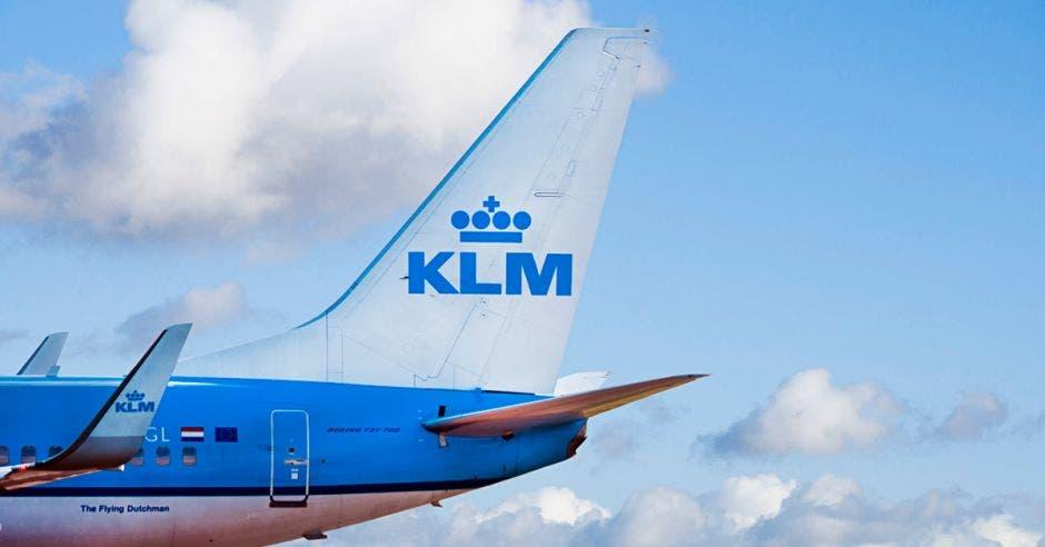 Un avión celeste con la cola blanca. En la cola dice KLM con letras celestes.
