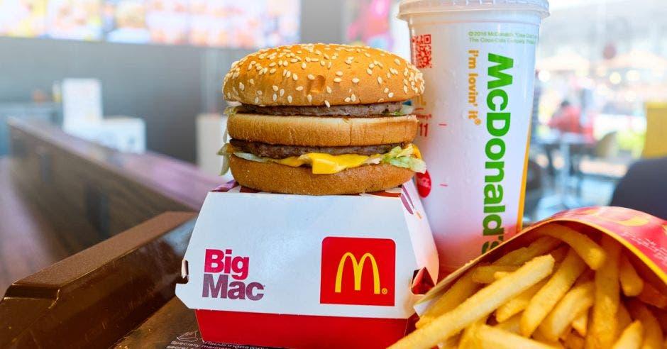 un combo de hamburguesa, papas y gaseosa