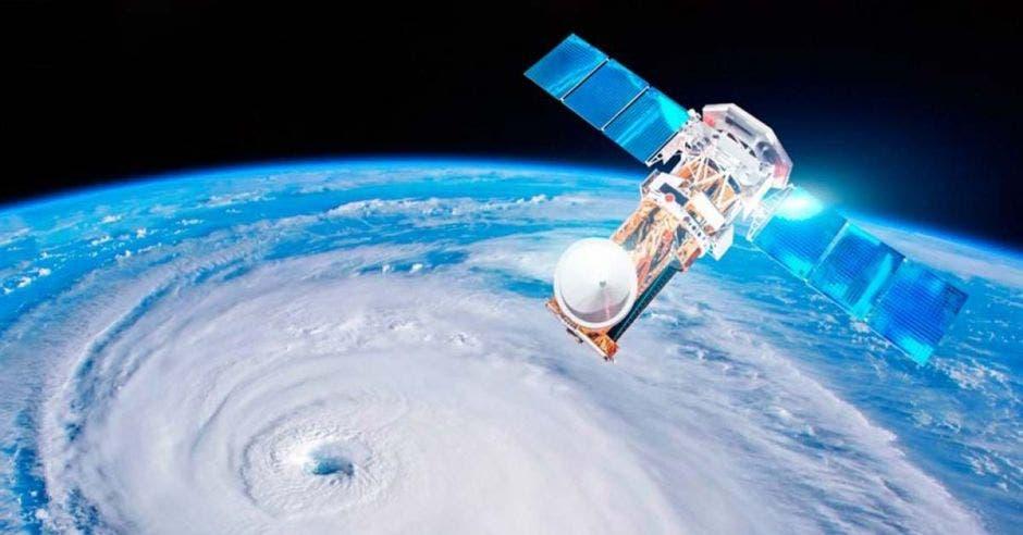 un satélite flota en el espacio