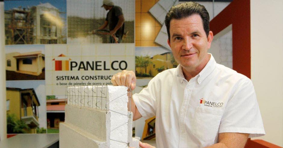 Foto de Diego Estrada Kopper, Director General de Panelco Construcciones S.A, co paneles de fondo