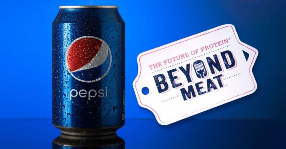 una lata de pepsi junto al logo de Beyond Meat