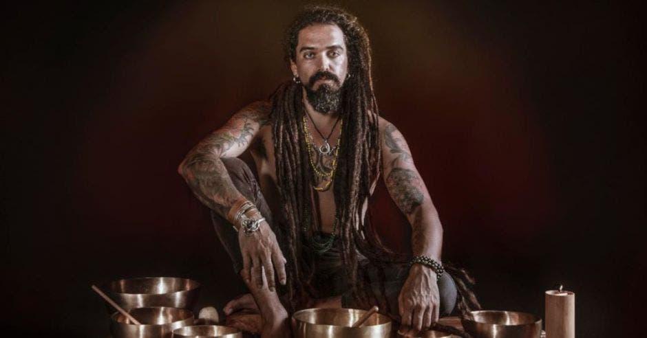cantante Mechas sentado frente a bowls de cobre