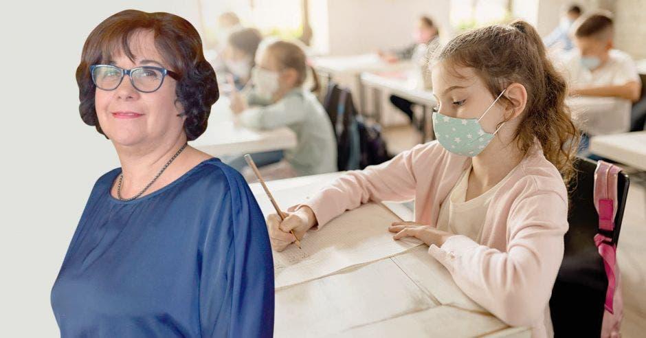 Guiselle Cruz y de fondo una clase con estudiantes con mascarilla