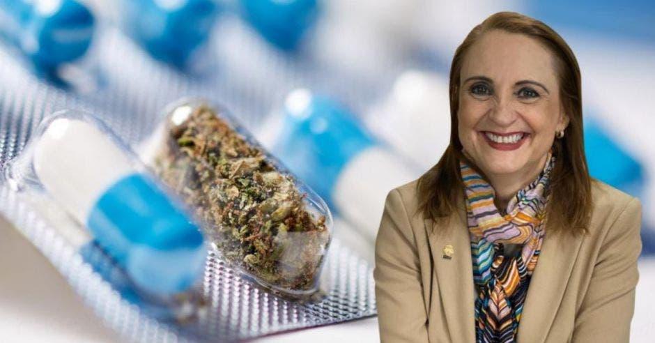 una mujer de traje beige y una bufanda sobre un fondo de pastillas azules y marihuana