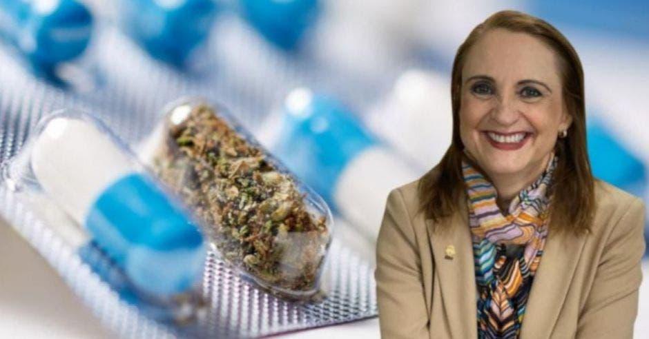 mujer con saco beige y mascada de colores, de fondo un empaque con marihuana medicinal