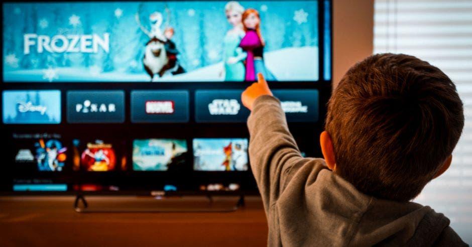 Niño viendo Disney+