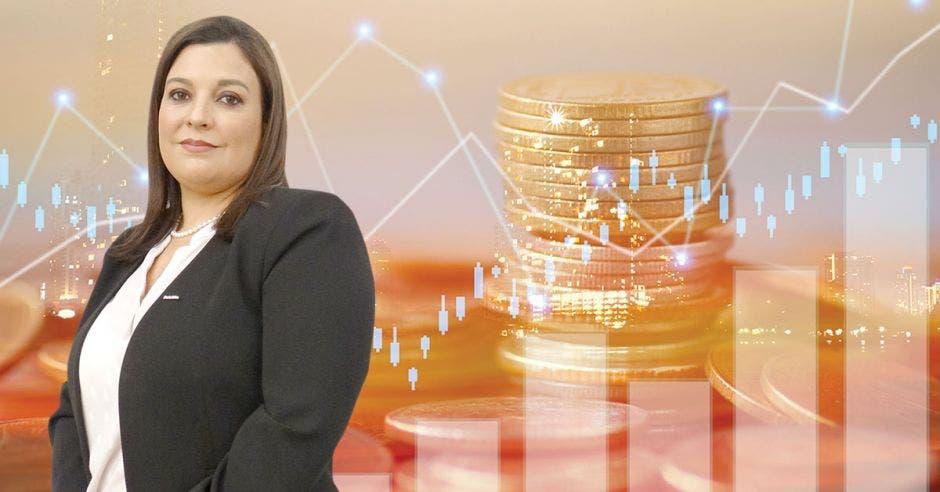 Mujer frente a monedas