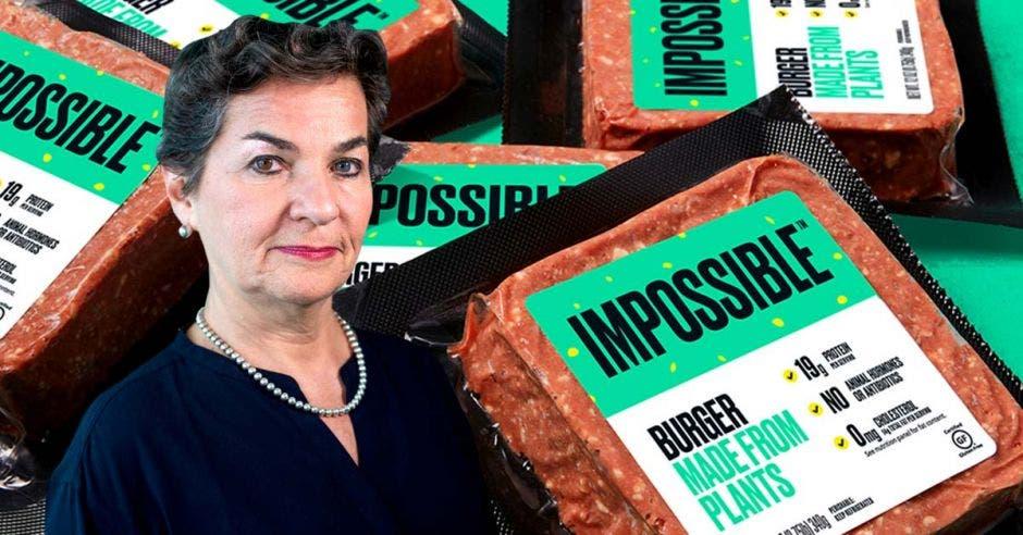 Una mujer de traje azul sobre un fondo de tortas de carne en un empaque verde