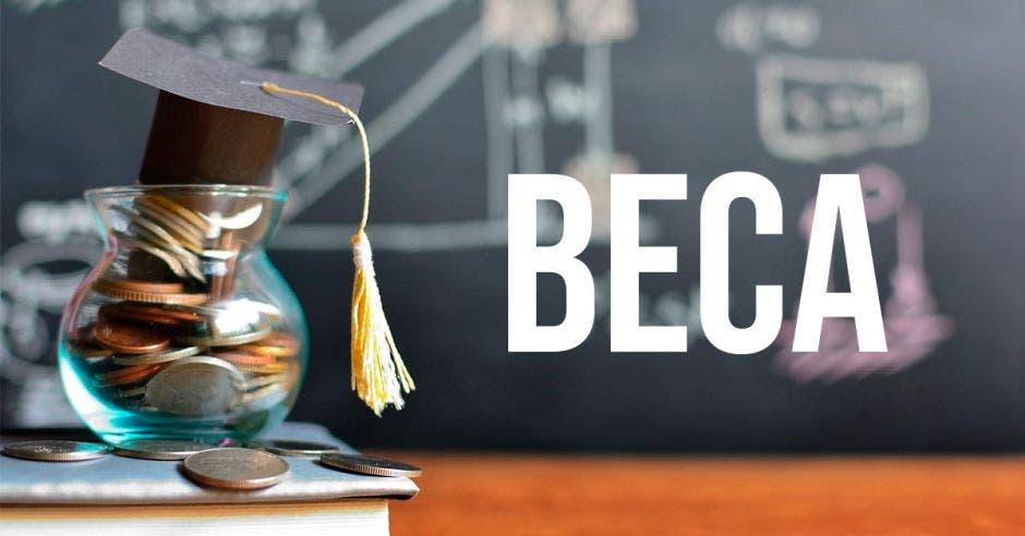 jarrón pequeño lleno de monedas con un birrete pequeño encima, junto a la palabra BECA