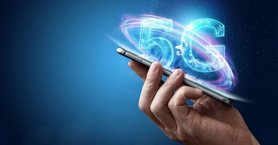 mano sosteniendo un celular y la palabra 5G saliendo de la pantalla
