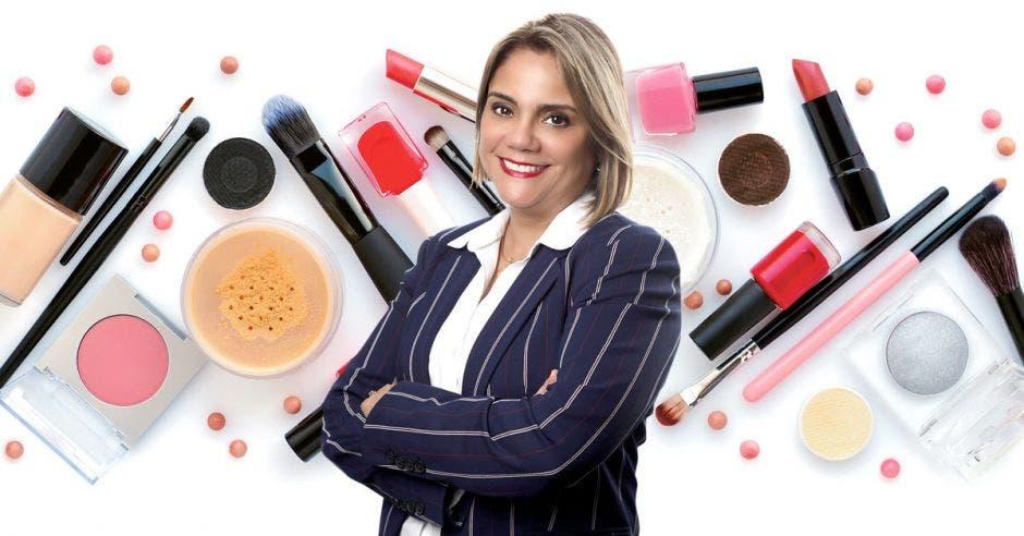 Mujer frente a cosméticos